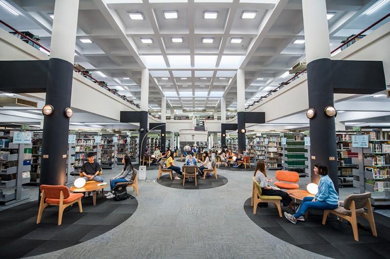 圖書館提供設備完善,休閒期刊區/咖啡區/縮影資料室/音樂欣賞室等等。