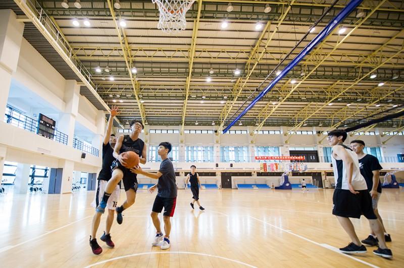设备齐全的体育馆,供学生进行休闲活动。