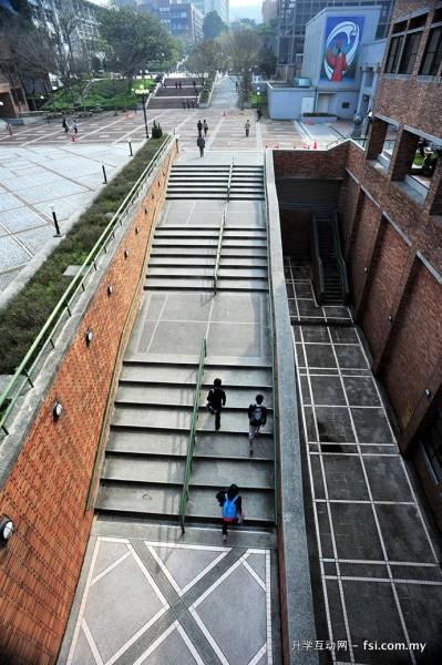 教学大楼任垣楼的设计极具特色。