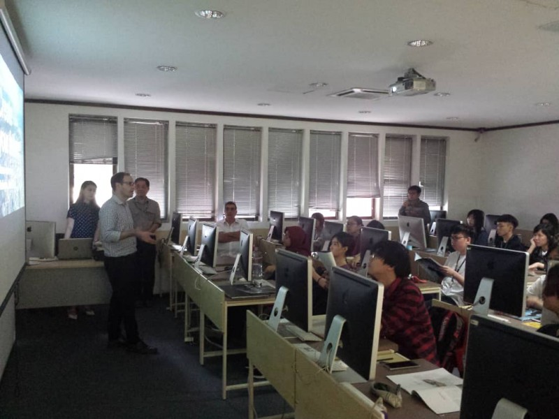 Industry partner sharing his professional experience and expertise with students at Saito University College