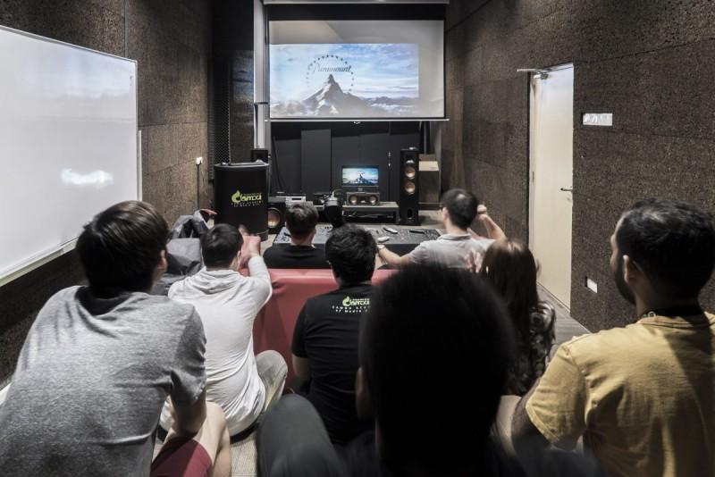 学院备有可容纳高达70人的Channel 7.1环绕音效设备影院,为学生们提供视觉和听觉上的震撼体验