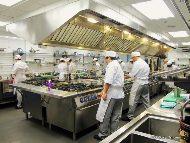 酒店管理学院有许多厨房设施,包括糕点厨房、美食厨房、饮料实验室以及公开的商业餐厅。