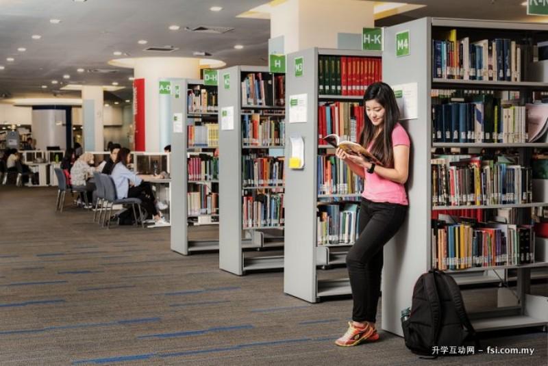 图书馆藏书丰富,设备五脏俱全,在馆内也设有电脑区、视听区、讨论室等。