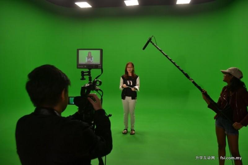 艺术学院配备了许多现代化设施,如工业标准绿屏、音乐练习室、多媒体制作实验室、录音棚以及数位电影设备等。
