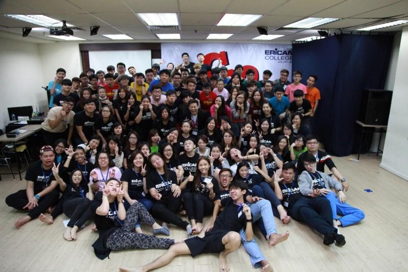 学院创办人拿督张启扬亲自带领《超越另一个自我》成长营,发挥学生无限的潜能。