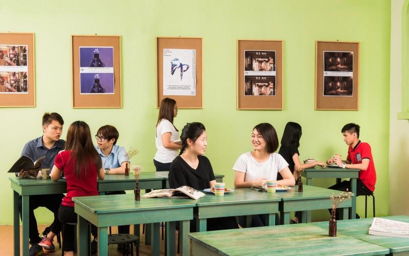 食堂绿意盎然,让学生们能在舒适的环境下用餐。