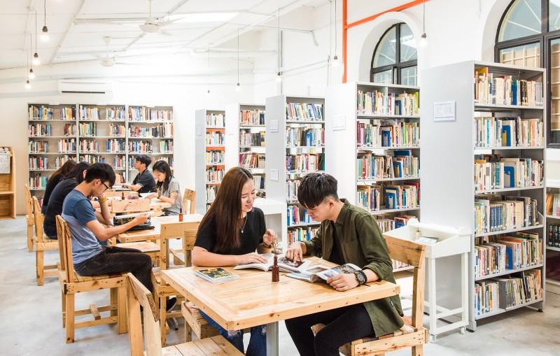 图书馆是学院最漂亮的地方,这里藏书约四千本,是一个散发阵阵书香的好地方。