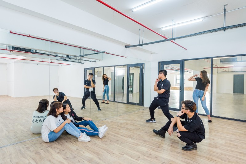 明亮宽敞的活动室和谈论室供同学们脑力激荡之余,也可挥洒汗水。