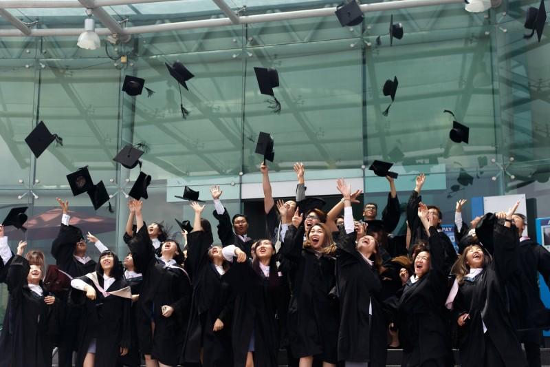 毕业生们热情欢呼。祝愿毕业生们前程似锦,达成人生理想!