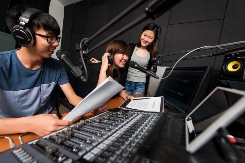 广播室虽小但五脏俱全,周一至周五中午12时至1时,校园DJ提供最新的潮流与新闻资讯给在校师生。