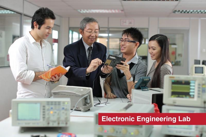 工程与电脑系学院 由业界经验分丰富的导师指导并辅助学生完成各项实验 由业界经验丰富导师为您授课