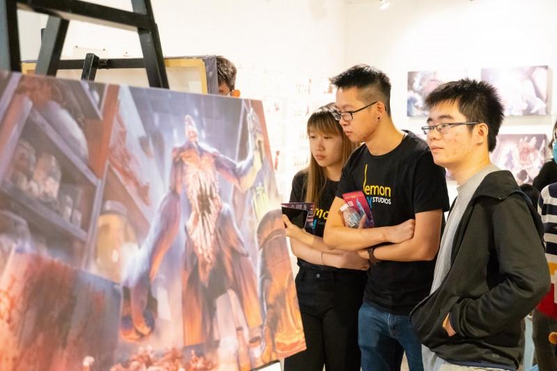 学生在学院的画廊办毕业作品展,除了展示自身创作水准、灵感等,还可以和受邀观展的各公司代表交流。
