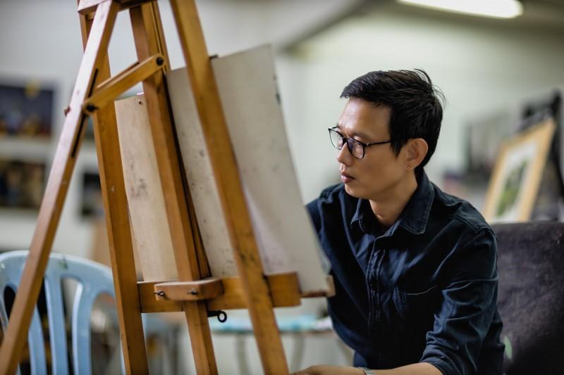 达尔尚艺术学院由业界艺术家、设计师和教育者创办至今25年;教学理念是专才必须手脑并用,从思想与品德到知识与技巧,都需具备专业水平,才能满足市场与工作需求之余,还能发挥自身的潜能为社会做出贡献。图为纯美系资深讲师,罗木来。