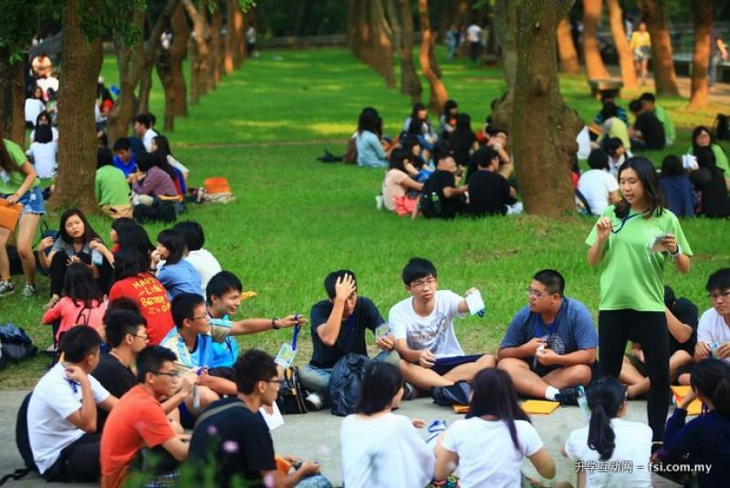 绿树成荫的文理大道提供良好的户外学习空间。