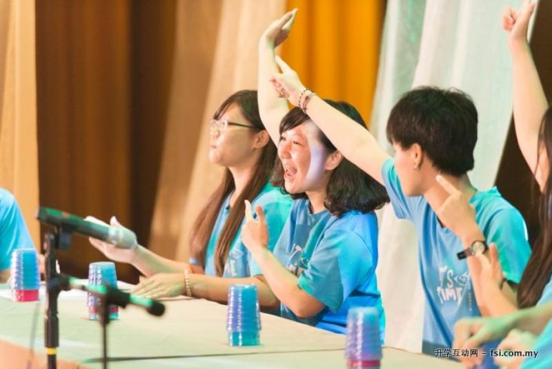 学生们在课堂上热烈地参与及互动。