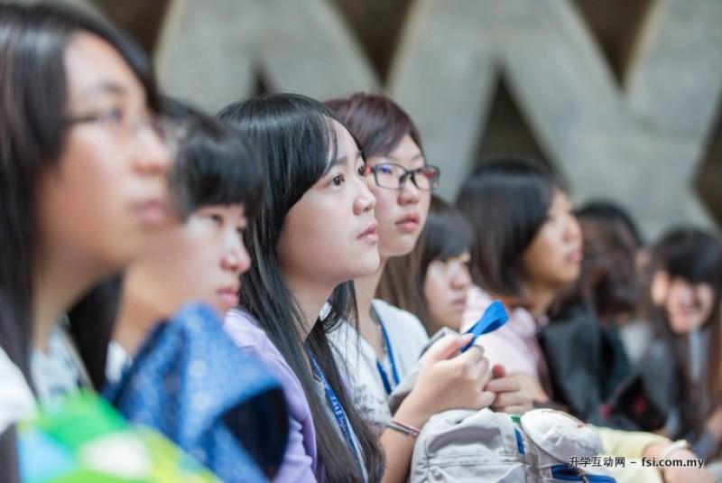 新生入学活动在路思义教堂如火如荼地进行。