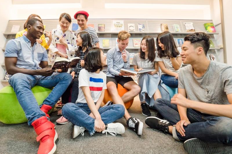 """元智大学以""""新双语大学""""定位国际,注重英语学习课程。定期举办英语小聚的课外活动,增加与外籍学生的交流,藉此机会加强学生对英语能力的掌握。"""