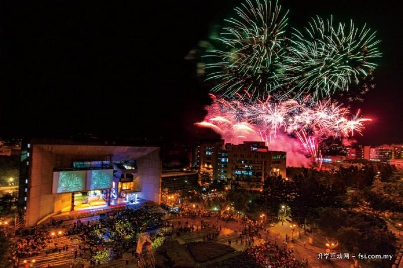 元智大学2016年毕业典礼鸟瞰图,璀璨烟火点缀了应届毕业生喜悦的夜晚。