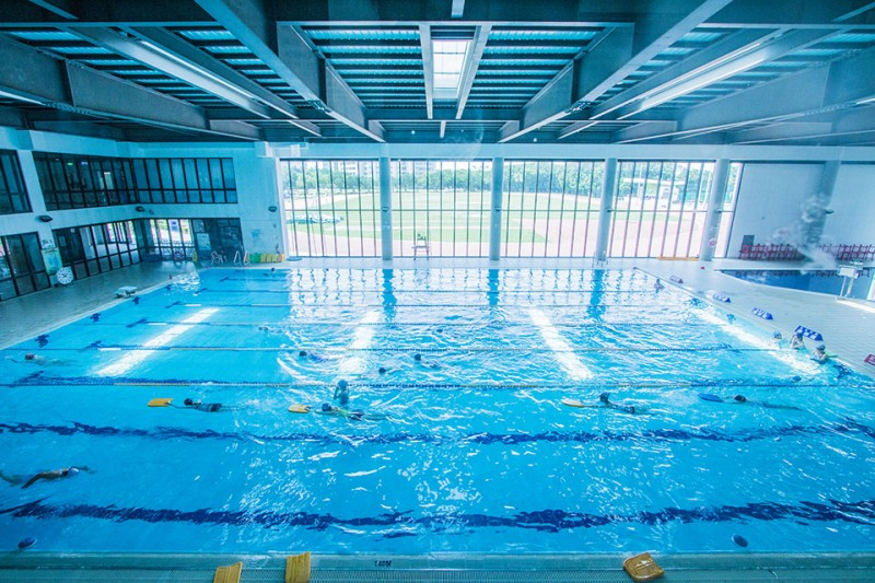 充满活力的校园少不了热血的欢呼声,学校除了操场、篮球、网球等球类场地外,更设有游泳池、健身房及重训室,学生可在空闲时间挥洒汗水!校院系时常举办运动系列的活动,种类众多让同学们参加有兴趣的项目,透过运动释放学业与生活中的压力,并藉由竞赛学习团队合作、努力不懈的运动家精神。