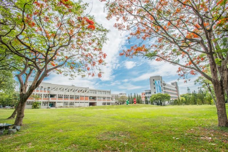 YunTech 校园绿草如茵四季有花,为绿色典范学校。