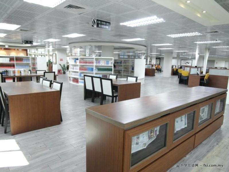 馆藏丰富的图书馆,提供学生学习与研究的优质环境。