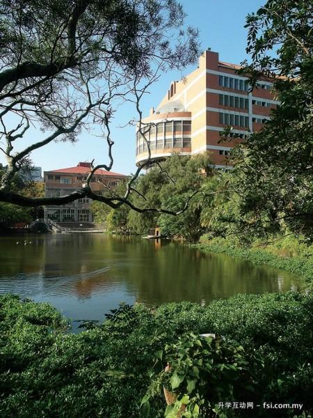 校内的鸭子湖设有环湖步道,风景秀丽,因此可说是师生相当喜爱休憩散步的景点。