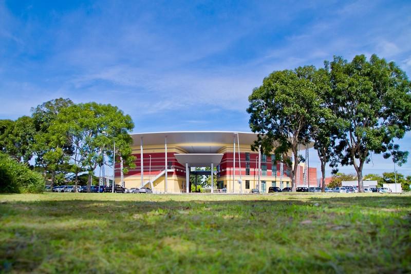 巍峨壮观的大学校长公署设有礼堂与图书馆。