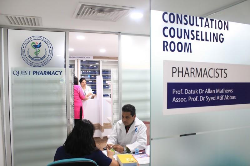 学生可到校内的社区药剂所看病。