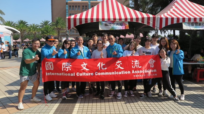 Overseas students of the China University of Technology set up exotic food stand at the school festival.