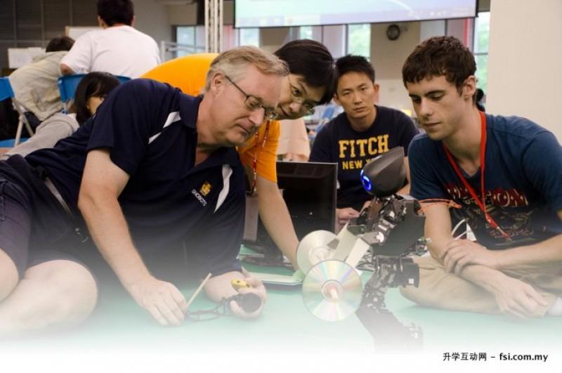 师生以小组讨论方式激发学生学习欲望、引发学生对机器人的了解,培育机器人达人。