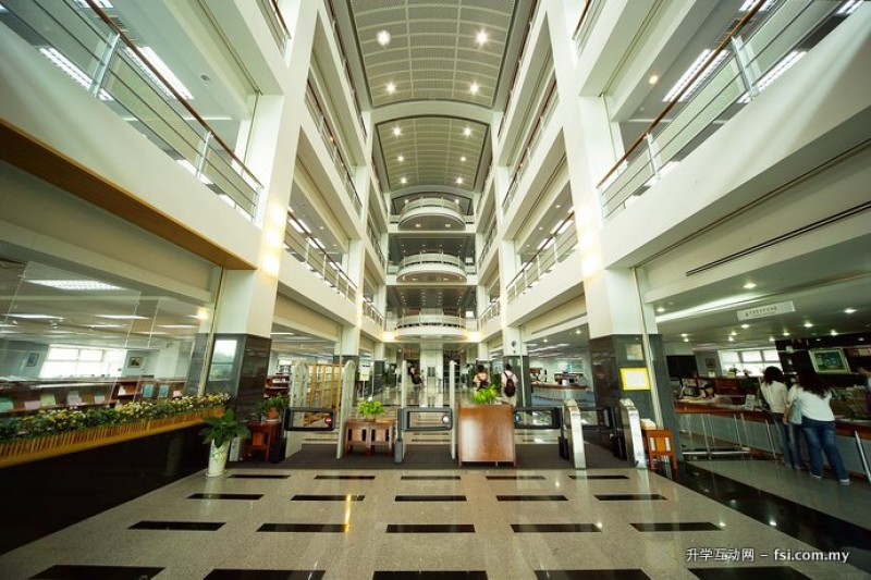 图书资讯馆设有自助借书机,导入RFID(Radio Frequency Identification,RFID,无线射频辨识技术)悠游卡进出管制等服务。