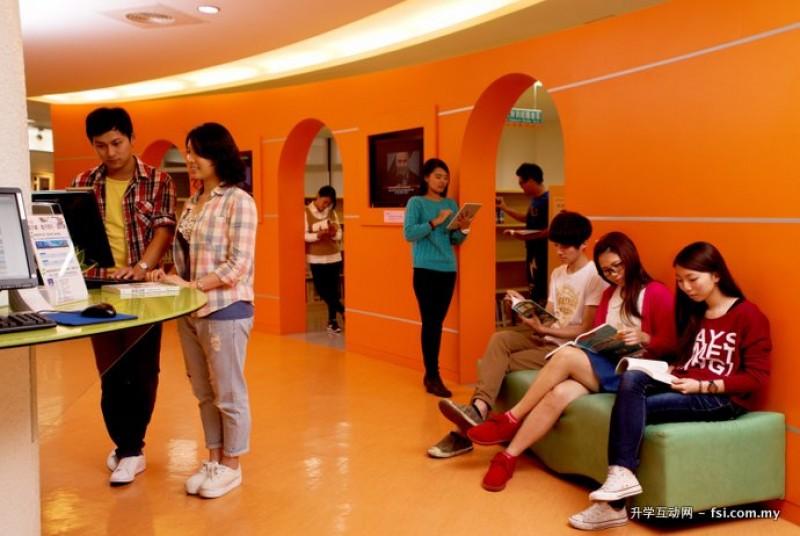 国际学生喜欢驻足于多功能的图书馆。