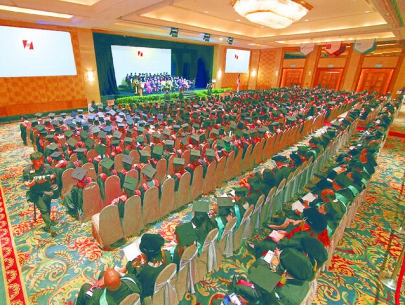 每年精英大学的毕业生在吉隆坡香格里拉酒店的宴会大厅参加毕业典礼。