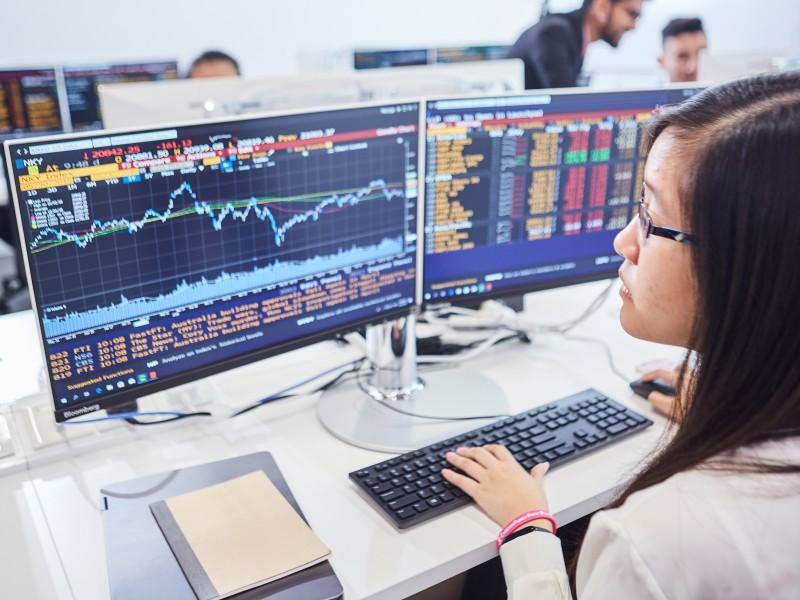 精英大学与彭博联(bloomberg)合设立大马最大的彭博金融实验室(Bloomberg Finance lab)。此实验室设在耗资2500万令吉的商业分析科技与创新中心  (BATIC)里。