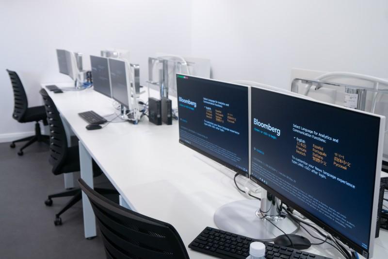 精英大学的彭博金融资讯中心(Bloomberg Finance Lab)共有16个彭博终端 (Bloomberg Terminal)提供给精英大学商业及经济系学生使用。