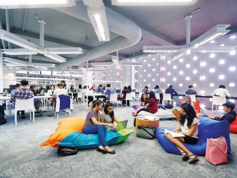 精英大学的图书馆有超过六万本藏书,包括课本、参考书、期刊、多媒体与纸本学刊与报章。