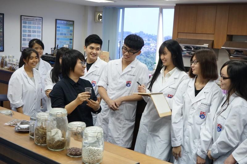 南方大学附属中医院的实验室设备完善,学生有机会学习膏剂实验。