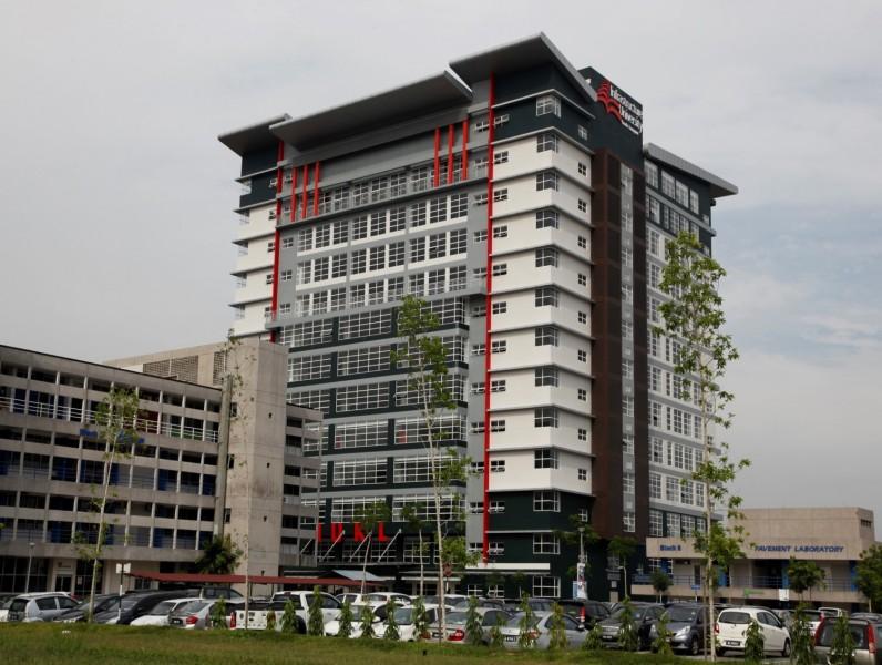 IUKL的学术大楼位于一个占地100英亩的教育城市De Centrum City。