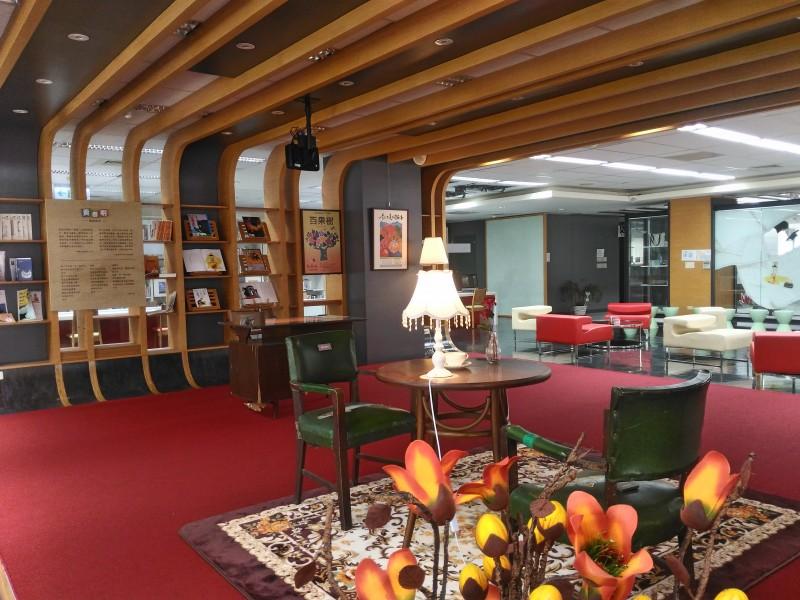 图书馆的三创阅读区,让学生在舒适的环境中进修。