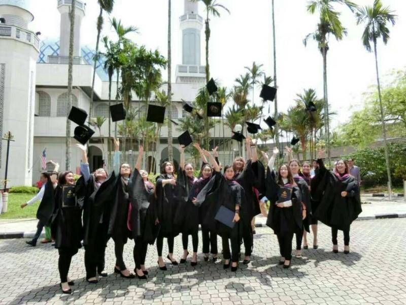 学生们在Universiti Teknologi Malaysia (UTM)毕业了
