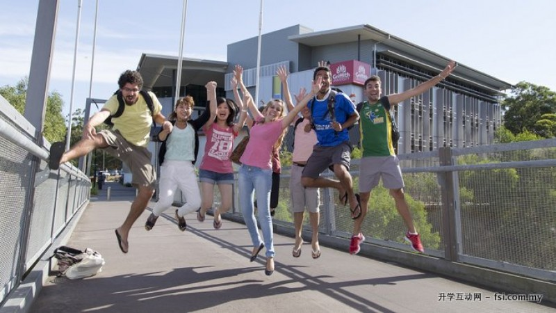 JM is an authorised agent of many universities in Australia. The picture shows students at Griffith University are cheering for their graduation.