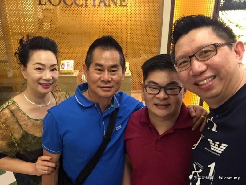 K-Smart 负责人Jonathan Tee(右一) 与Desmond Lai (右二)及家人团聚享用午餐。Desmond Lai 现为美国TGW 专业系统工程师,毕业于内布拉斯加大学林肯分校(University of Nebraska-Lincoln United States)。