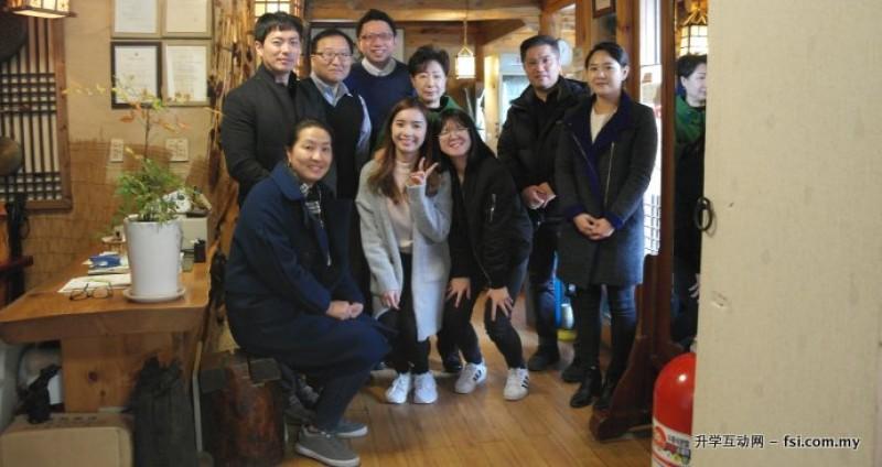 Annyeong Haseyo 留学韩国不是梦!韩国著名Top 2大学——延世大学(Yonsei University)热烈欢迎您!图为 K-Smart 负责人Jonathan Tee (后排左三)获该校负责人热情接待,并与学生一起享受丰盛午餐。K-Smart 是韩国延世大学在马来西亚唯一的保送单位。
