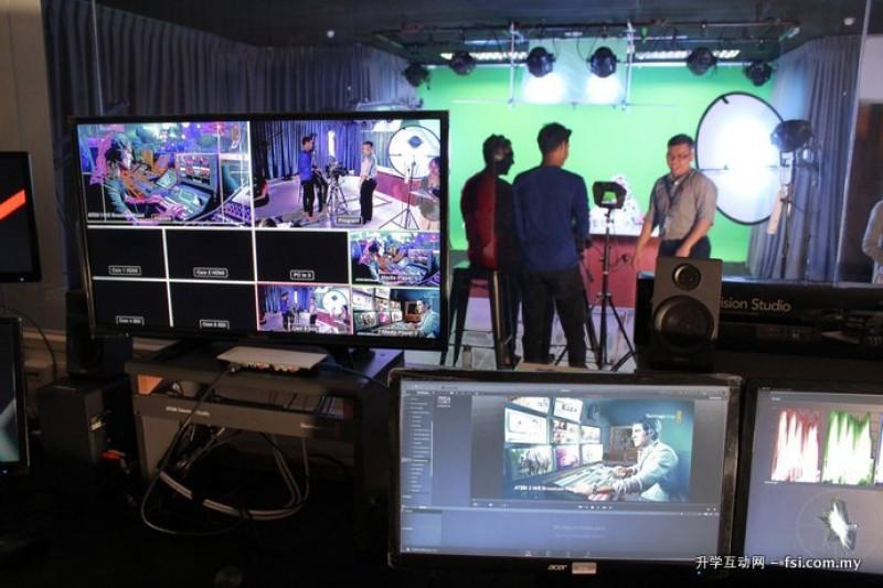 槟城伯乐大学学院讲求实务教育,图为媒体系学生参与摄影棚拍摄,提早熟悉职场环境。