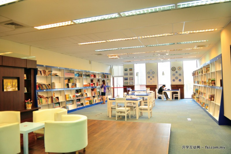 图书馆内设有英文专区,提供良好的阅读空间。