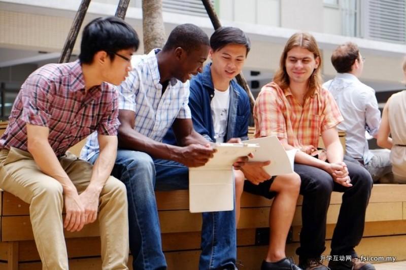 来自世界各地的学生在课后讨论功课。