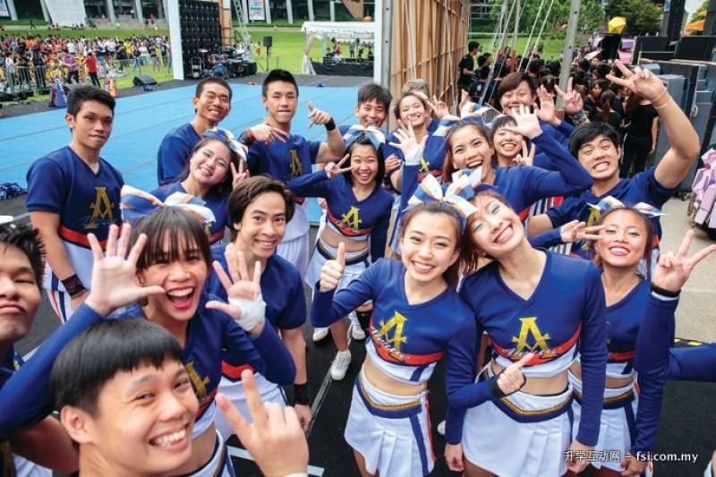 在努力学习的同时,学生也享受青春时光,为公众带来精彩的表演。