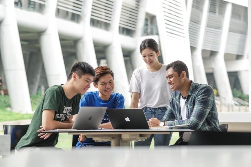 新加坡国立大学不同科系的学生聚集在一起分享意见和进行讨论。