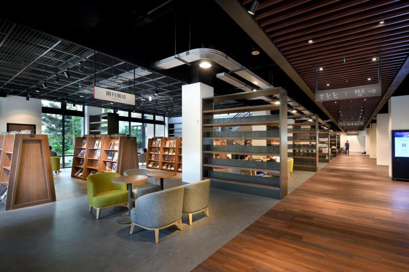 臺北科大請來誠品書店建築師重新整建圖書館,木色系暖色調的裝潢、搭配大片落地窗將陽光綠意引入室內,圖書館更設置咖啡空間,讓師生沉浸在馥郁書香、咖啡香。