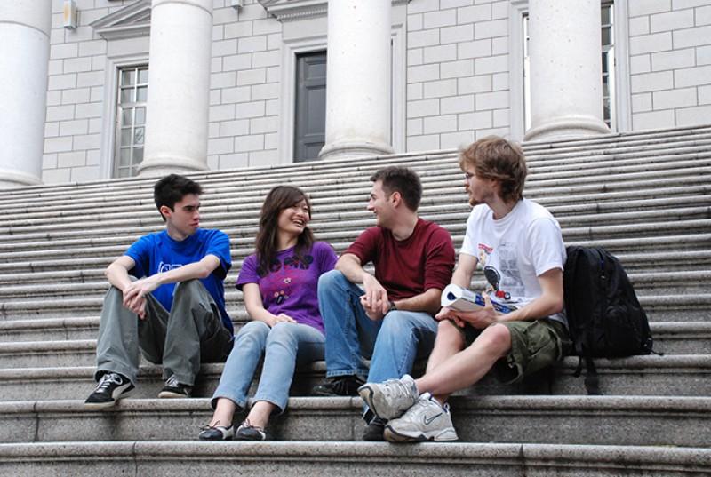 学生受鼓励积极参与国内外的人文与社会服务工作,实践他们的专业知识与通识涵养。